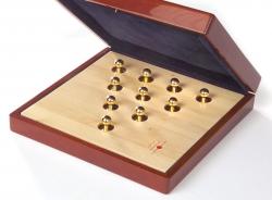 Holzschattulle mit Goldknöpfen
